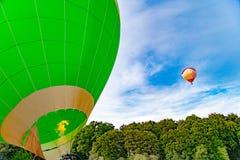有燃烧器和火的在开始前,在天空的另一轻快优雅热空气气球 图库摄影