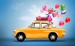 有爱、假日、happyness和旅行的标志的黄色汽车。 库存照片