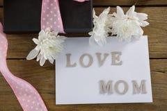有爱妈妈文本的礼物盒在木板条 免版税库存照片