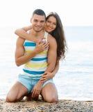 有爱恋的夫妇在沙滩的浪漫日期 库存照片