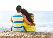 有爱恋的夫妇背面图日期 免版税库存照片
