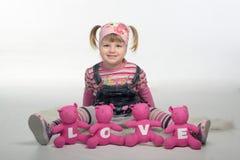 有爱熊的Valentin女孩 库存照片