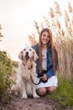 有爱犬的女孩 库存照片