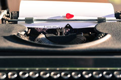 有爱的词的老打字机 免版税库存照片