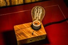 有爱迪生电灯泡的古色古香的灯 库存照片