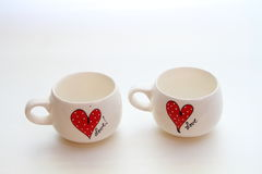 有爱主题的两个白色杯子 库存图片