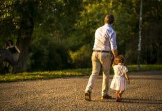 有父亲的女孩在公园,布拉格,捷克,威严2015年 库存图片