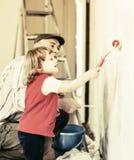 有父亲的子项绘墙壁 库存图片