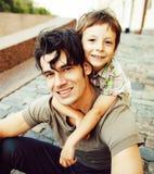 有父亲的小儿子在城市 库存图片