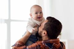 有父亲的愉快的矮小的男婴 免版税库存图片