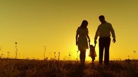 有父母的小孩子金黄日落光芒和强光的  股票视频