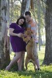 有爸爸和狗画象的孕妇 免版税库存图片