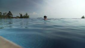 有爸爸游泳的女孩在室外水池股票英尺长度录影 影视素材