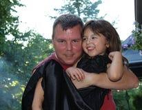 有爸爸的小女孩孩子 免版税库存图片