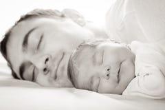 有爸爸的婴孩 免版税库存照片