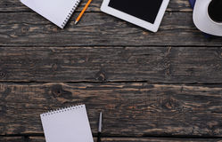 有片剂、笔记薄和咖啡的办公室桌面 库存照片
