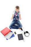 有片剂个人计算机、电话和耳机的美丽的十几岁的女孩 图库摄影