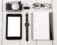 有片剂个人计算机、笔记薄、照相机、手表、玻璃和ru的工作场所 图库摄影