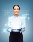 有片剂个人计算机和世界全息图的女实业家 库存照片