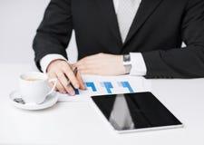 有片剂个人计算机和咖啡的人 免版税库存照片