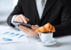有片剂个人计算机和咖啡的人 免版税库存图片