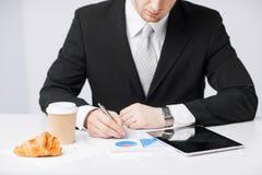 有片剂个人计算机和咖啡的人 免版税图库摄影