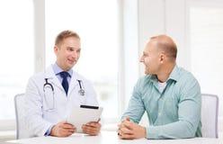 有片剂个人计算机和患者的医生在医院 库存图片