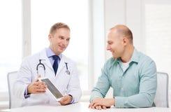 有片剂个人计算机和患者的医生在医院 免版税图库摄影