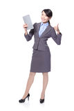 有片剂个人计算机和显示赞许的妇女 免版税库存照片