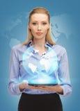 有片剂个人计算机和真正地球的妇女 图库摄影