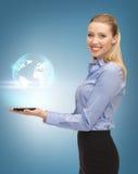 有片剂个人计算机和真正地球的妇女 免版税库存图片