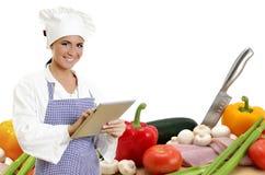 有片剂个人计算机和蔬菜的首要厨师 免版税图库摄影