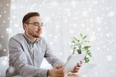 有片剂个人计算机在家办公室的创造性的男性工作者 免版税图库摄影