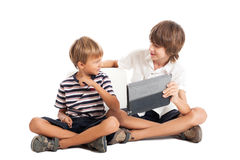 有片剂个人计算机的二个男孩 库存图片