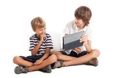 有片剂个人计算机的二个男孩 免版税图库摄影