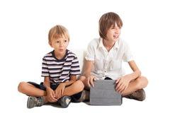有片剂个人计算机的二个男孩 免版税库存照片