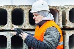 有片剂个人计算机的土木工程师检查建筑盘区的 库存图片