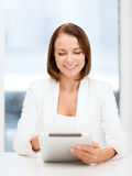 有片剂个人计算机的女实业家在办公室 库存照片