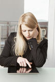 有片剂个人计算机的女实业家 图库摄影