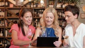 有片剂个人计算机的妇女在酒吧酒或餐馆 影视素材