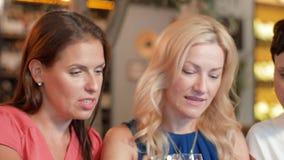 有片剂个人计算机的妇女在酒吧酒或餐馆 股票录像