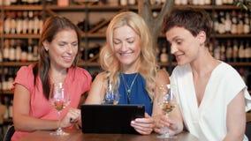 有片剂个人计算机的妇女在酒吧酒或餐馆 股票视频