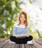 有片剂个人计算机的学生女孩 免版税图库摄影
