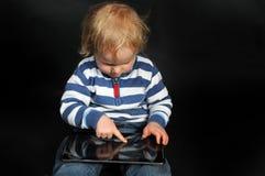 有片剂个人计算机的小孩 免版税库存图片