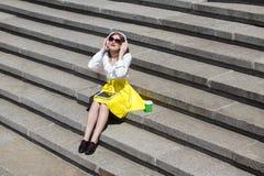 有片剂个人计算机的少妇在公园 免版税图库摄影