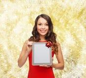 有片剂个人计算机的微笑的妇女 图库摄影