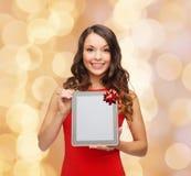 有片剂个人计算机的微笑的妇女 免版税库存照片