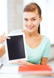 有片剂个人计算机的微笑的学生女孩 库存图片