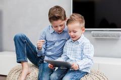 有片剂个人计算机的男孩 免版税库存照片