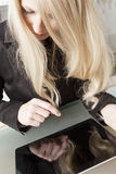 有片剂个人计算机的白肤金发的女实业家 库存照片